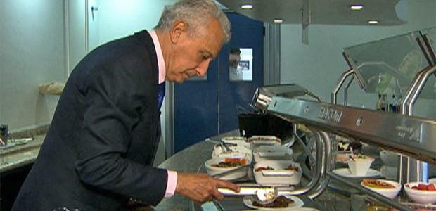 Pierre Dukan escolhe ingredientes para uma dieta (Foto: Mais Você / TV Globo)