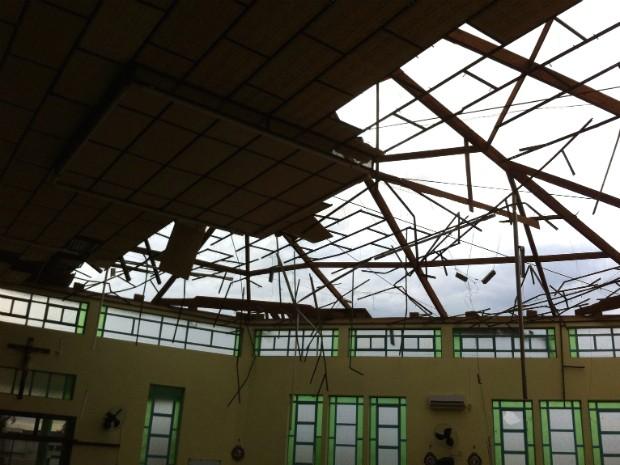 No distrito de Agrocafeeira, em Matelândia, tempestade destelhou casas, um colégio, comércios e uma igreja (Foto: Fernando Machado / Arquivo Pessoal)