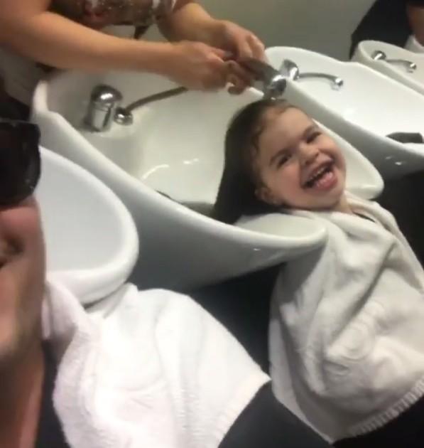 Valentina lavando o cabelo (Foto: Reprodução/ Instagram)