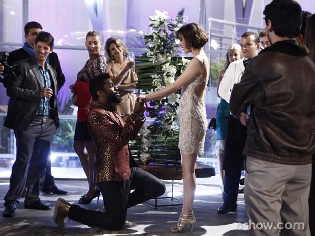 Brian anuncia noivado com Evangelina em festa pequena (Foto: Inácio Moraes/TV Globo)