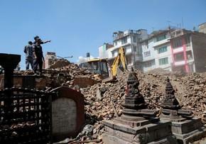 Policiais do Nepal comandando a busca por corpos no meio de destroços nesta segunda (27) (Foto: Danish Siddiqui/Reuters)