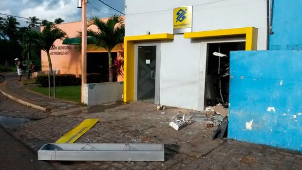 Alvo dos arrombadores, agência do BB fica na Avenida Pedro Vasconcelos, no Centro de Extremoz (Foto: Marksuel Figueiredo/Inter TV Cabugi)