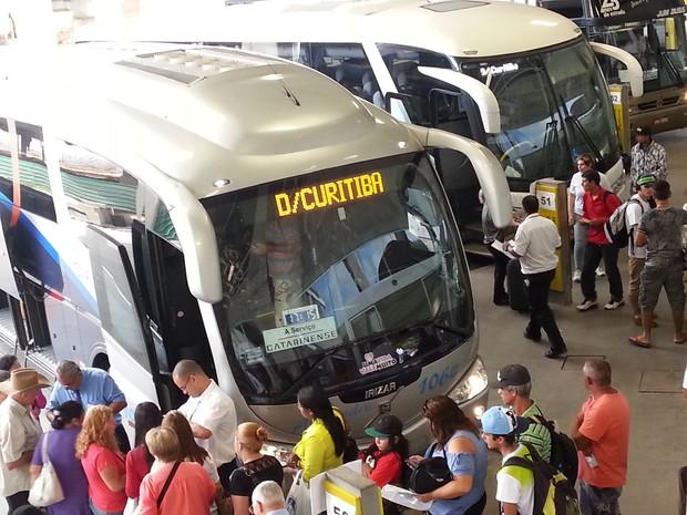 Mais de 800 ônibus sairão da rodoviária de Curitiba nesta segunda-feira (23) (Foto: Fernanda Fraga/ ÓTV)