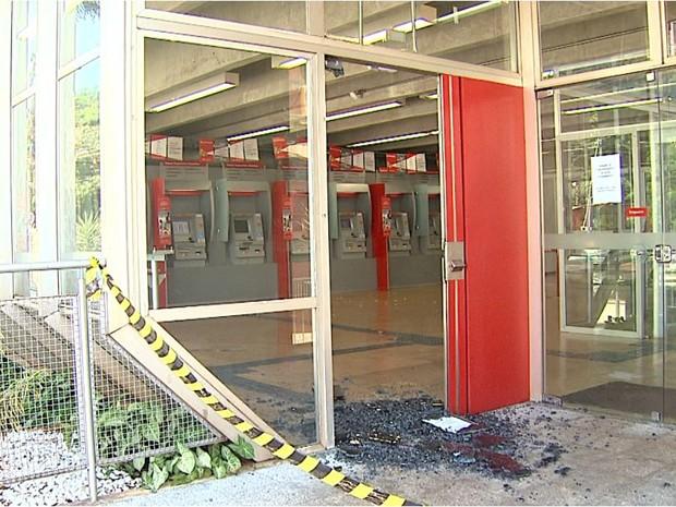 Explosivo danificou portas de vidro da agência (Foto: Valdinei Malaguti/EPTV)