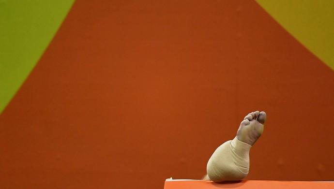 Lukas Nilsson handebol pé machucado tornozelo gelo (Foto: EFE/EPA/MARIJAN MURAT)