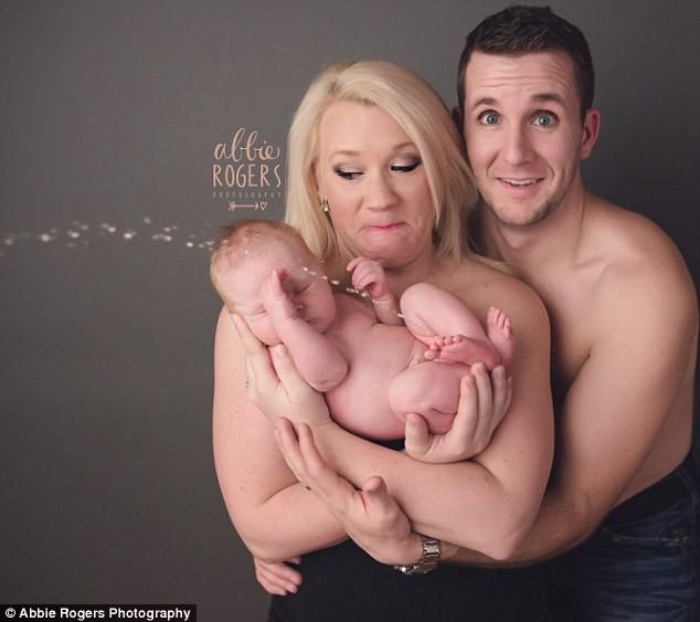 """Recém-nascido faz xixi durante ensaio de fotos """"newborn"""" (Foto: Reprodução)"""