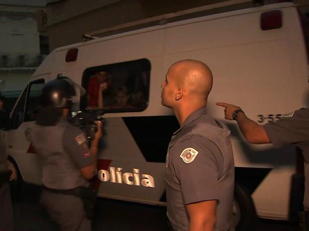 Estudantes são colocados dentro de base móvel da PM após protesto no Centro de São Paulo (Foto: Reprodução/TV Globo)