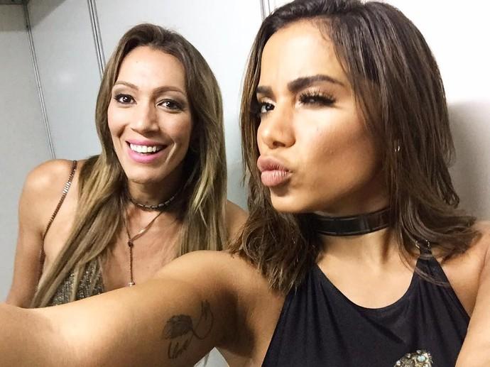 Fernanda Pinheiro posa para selfie com a antora Anitta no camarim (Foto: TV Sergipe)