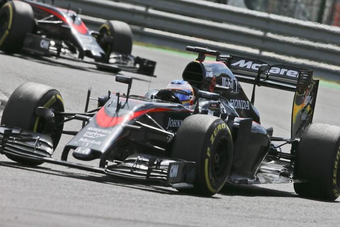 Fernando Alonso e Jenson Button no GP da Hungria de Fórmula 1 2015 (Foto: EFE)