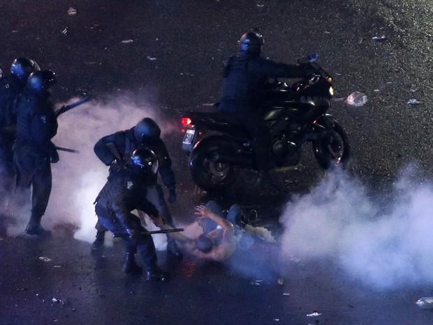Torcedor é preso pela polícia durante tumultos registrados após jogo em Buenos Aires. (Foto: Andres Stapff/Reuters)
