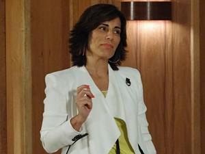 Roberta fica chocada ao ver Otávio espionando (Foto: Guerra dos Sexos/TV Globo)