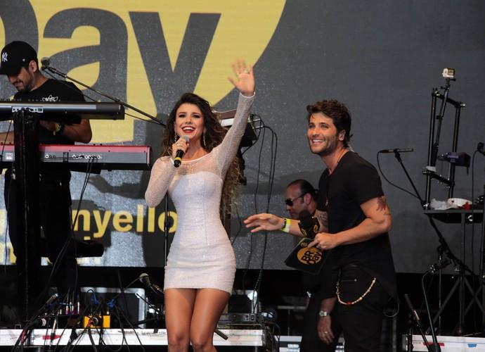 Paula Fernandes e Bruno Gagliasso no palco do BR Day NY (Foto: TV Globo)