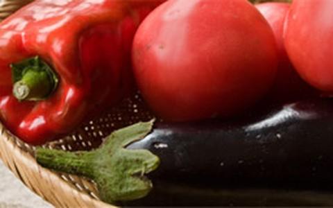 Berinjela assada com tomate e cebola