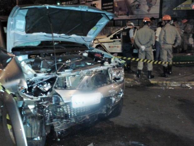 Acidente entre táxi e carro na avenida Afonso Pena com a rua Bahia, em Campo Grande (Foto: Chico Gomes/ TV Morena)