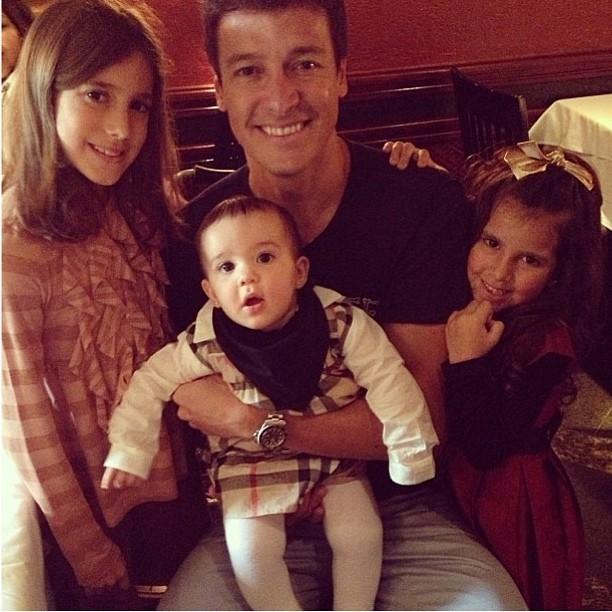 Rodrogo faro com as filhas: 'O pai mais feliz do mundo' (Foto: Reprodução/Facebook)