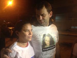 Parentes de Rebeca chegam à Divisão de Homicídios, na Zona Oeste do Rio (Foto: Gabriel Barreira/G1)