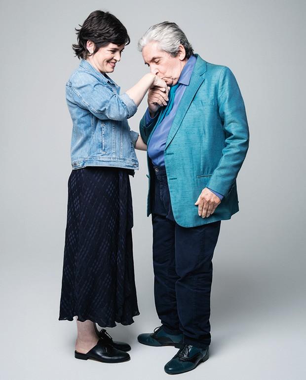 Domingos de Oliveira usa acervo. Maria Mariana usa jaqueta Levi's. Vestido Cris Barros. Ear cuff Carla Amorim. Sapatos Michael Kors (Foto: Reprodução)