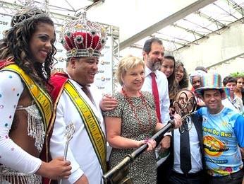 A ministra da Cultura, Marta Suplicy, e o governador do DF, Agnelo Queiroz, entregam a chave da cidade para o Rei Momo de Brasília. (Foto: Lucas Nanini/G1)