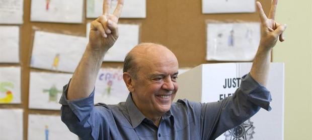 José Serra vota em São Paulo (Foto: Agência EFE)