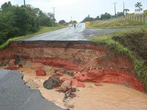 Chuva interditou o trecho da PR-153, entre Irati e Imbituva  (Foto: Marcelo Martiniaki/VC no G1)