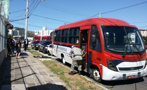 Assaltante foi morto após anunciar roubo em lotação em Porto Alegre (Foto: Juliano Chimenes/RBS TV)