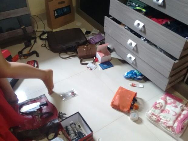 Comodos da casa foram revirados pelos ladrões (Foto: Jomar Cardoso/Reprodução)