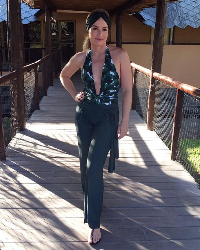 Angélica aposta em look sexy com maiô decotado  (Foto: Deborah Motenegro)