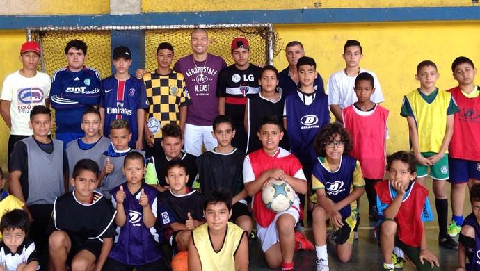 Nilton doa material esportivo para crianças  (Foto: Arquivo pessoal / DVG)