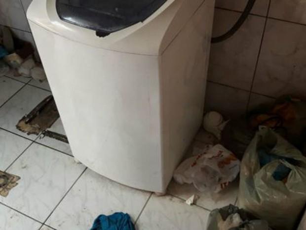 Lixo se acumulava pela casa onde operários viviam  (Foto: MPR RJ)