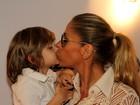 Adriane Galisteu dá selinho no filho em pré-estreia