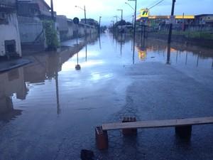 Em Palhoça, várias ruas ficaram alagadas  (Foto: Naim Campos/RBS TV)