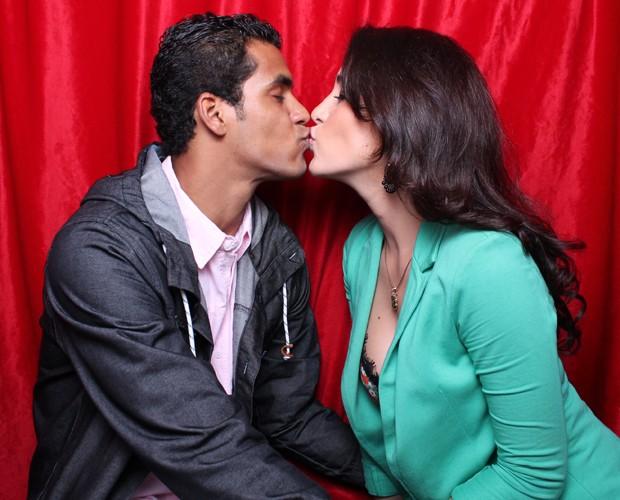 Marcello Melo Jr. beija a namorada, Caroline Alves (Foto: Domingão do Faustão / TV Globo)