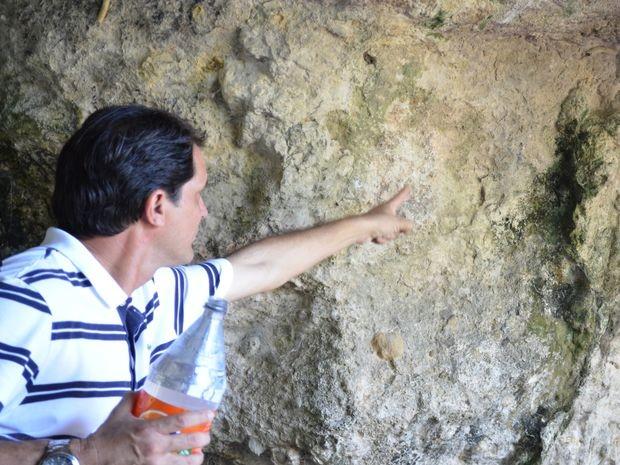 Marcos mostra pintura feira por Horácio Hora (Foto: Fredson Navarro / G1)