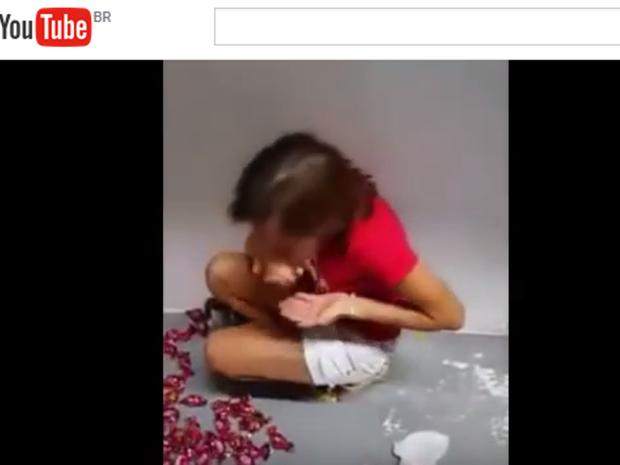 Mulher foi obrigada a comer ovos crus após furtar chocolates em mercado de Joinville (Foto: Reprodução/YouTube)