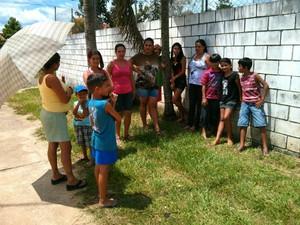 Pais e alunos esperam solução e a retomada das aulas (Foto: Cláudio Nascimento / TV TEM)