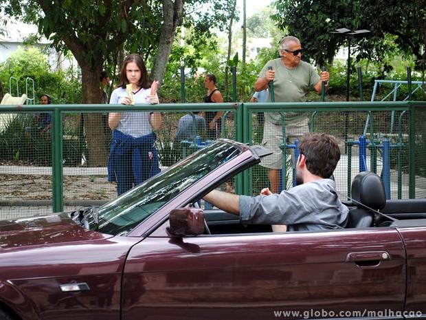 Clara fica em dúvida se entra ou não no carro de Beto Bruno. (Foto: Malhação/TV Globo)