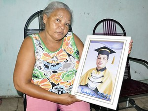 Mãe do rapaz que morreu na Arena Pantanal em Cuiabá (Foto: Kelly Martins/G1)