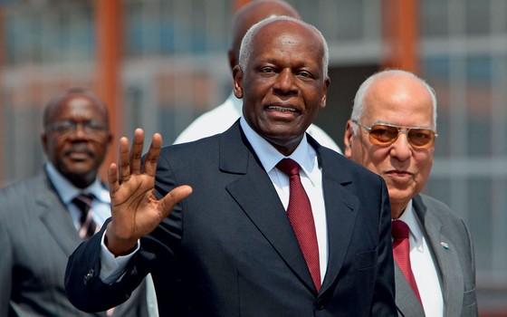O presidente de Angola,José Eduardo dos Santos,e trechos de documentos da investigação (Foto: Alejandro Ernesto/EFE)