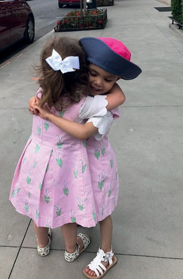 Stella e Bianca, após o tratamento, em Nova York (Foto: Arquivo Pessoal)