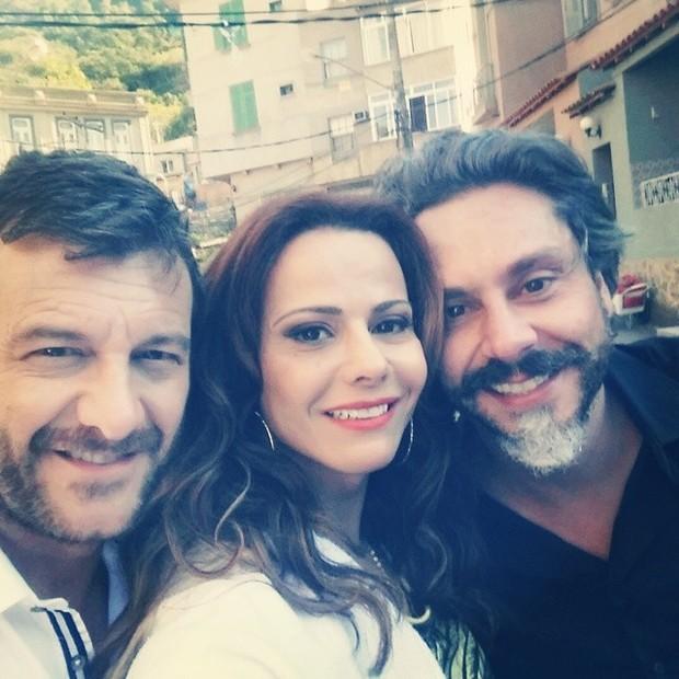 Viviane Araújo depois do make pronto, ao lado dos atores Roberto Birindelli e Alexandre Nero (Foto: Reprodução/Instagram)