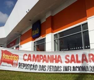 Sindicalistas estenderam faixas em frente das agências   (Foto: Rafael Barbosa/G1)