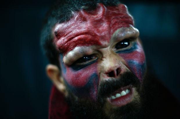 Red Skull (caveira vermelha) chega a assustar pelas modificações em seu rosto (Foto: Jorge Silva/Reuters)