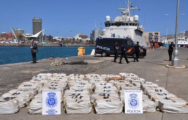 Polícia espanhola apreendeu quase duas toneladas de cocaína no porto de Las Palmas (Foto: Policía española/AP)