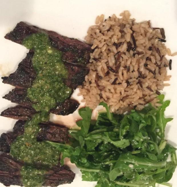 Bife com molho chimichurri e arroz selvagem  (Foto: Reprodução)