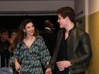 Irmã de Luan Santana vai a show de mãos dadas com o namorado cantor