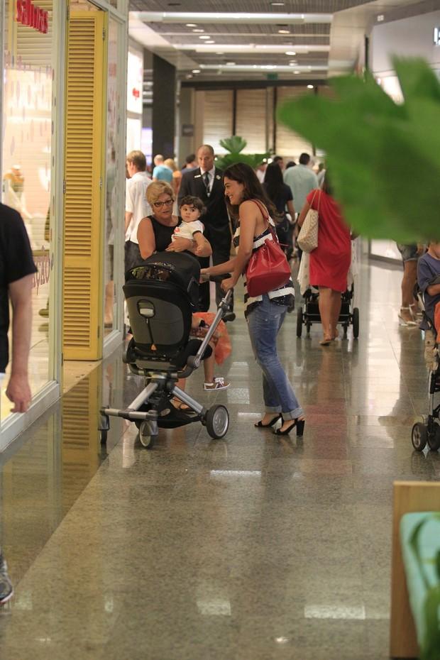 Juliana Paes no shopping com os filhos (Foto: Delson Silva/Agnews)