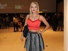 Luiza Possi usa look com barriga de fora para assistir a show em São Paulo