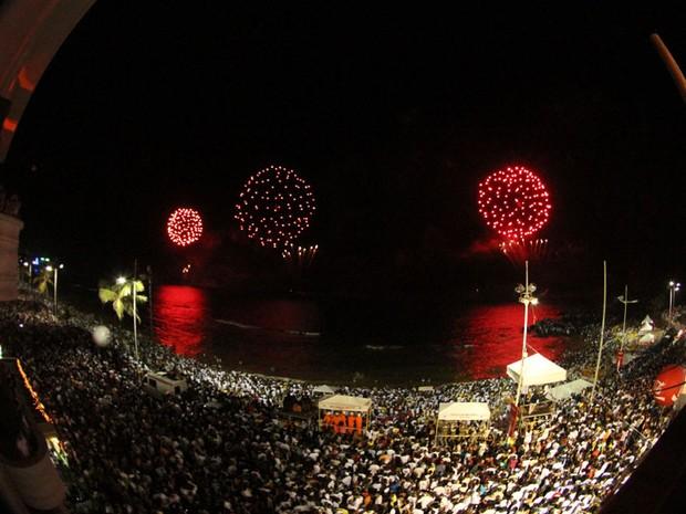 Festa no Farol da Barra na hora da queima de fogos, em Salvador (Foto: Edgar de Souza/Divulgação)