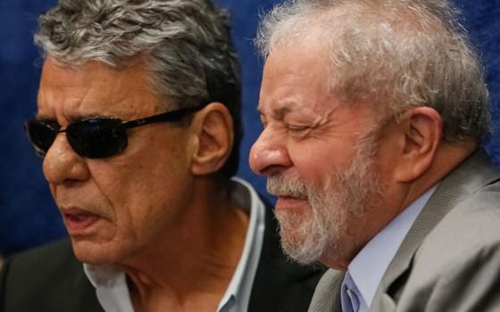 O ex presidente Luis Inácio Lula da Silva Lula e  Chico Buarque durante depoimento da presidente afastada Dilma Rousseff (Foto:  Sérgio Lima/ÉPOCA)