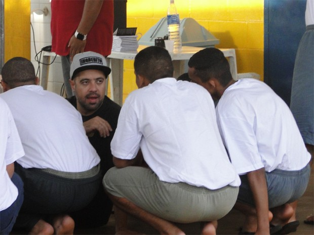 Renan Inquérito conversa com menores apreendidos em RIbeirão Preto (Foto: Fernando Machado/ G1)